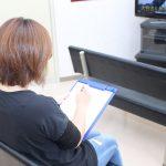 問診票を記入する女性