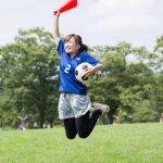ボールを持ってジャンプする女性
