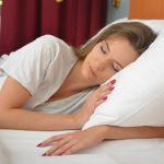 枕に頭をつけて寝ている女性